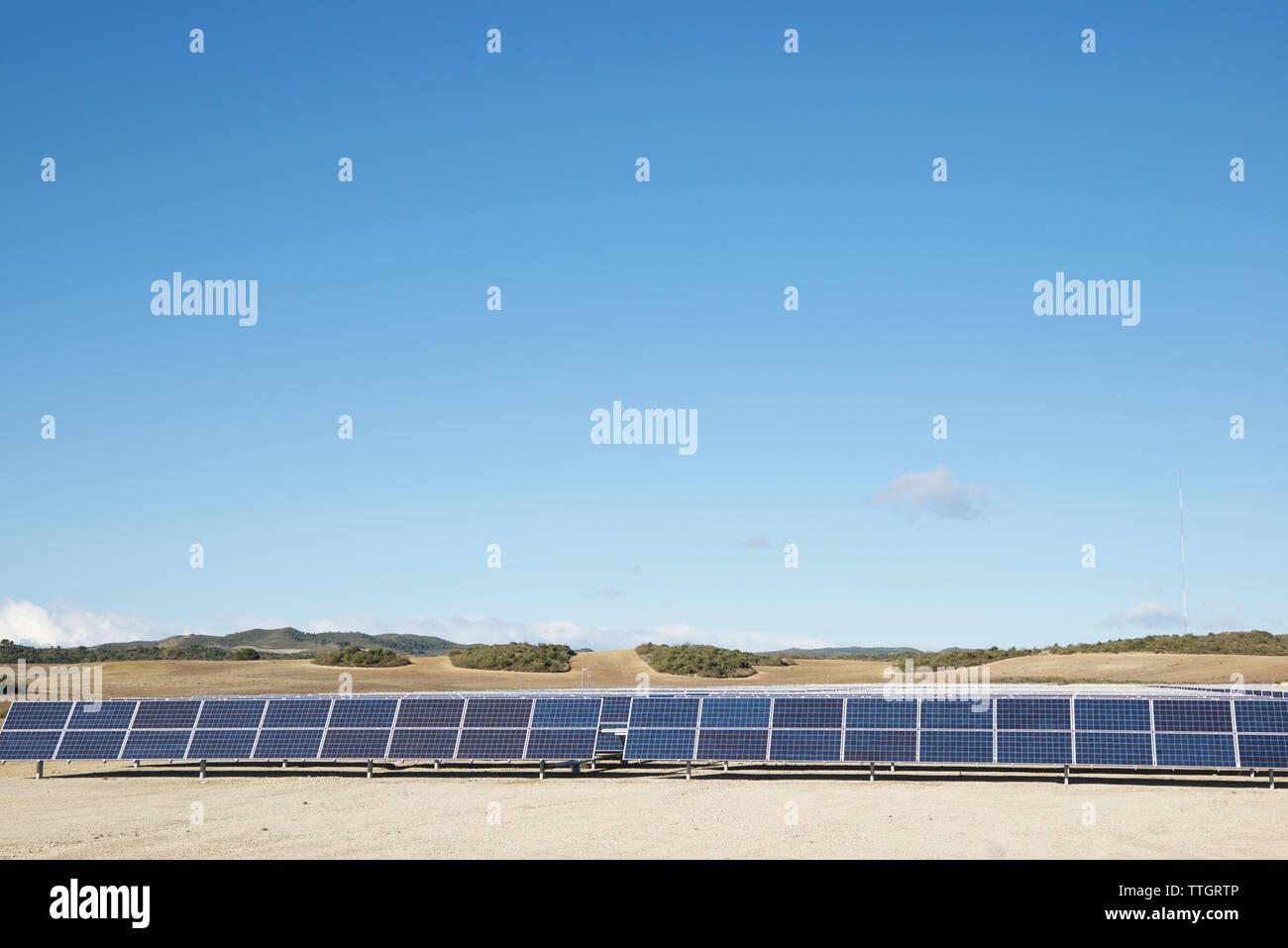 Paneles solares en el paisaje contra el cielo azul Imagen De Stock