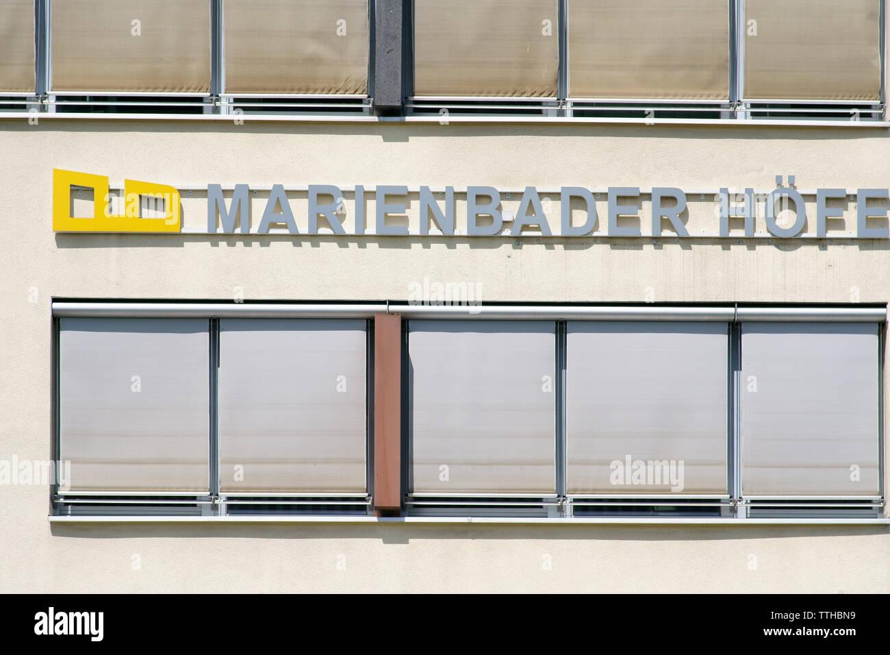 Bad Homburg, Alemania - Junio 09, 2019: el logotipo de los complejos residenciales y de oficinas Marienbader Hoefe en el centro de la ciudad, en junio 09, 2019 en Bad Homb Foto de stock