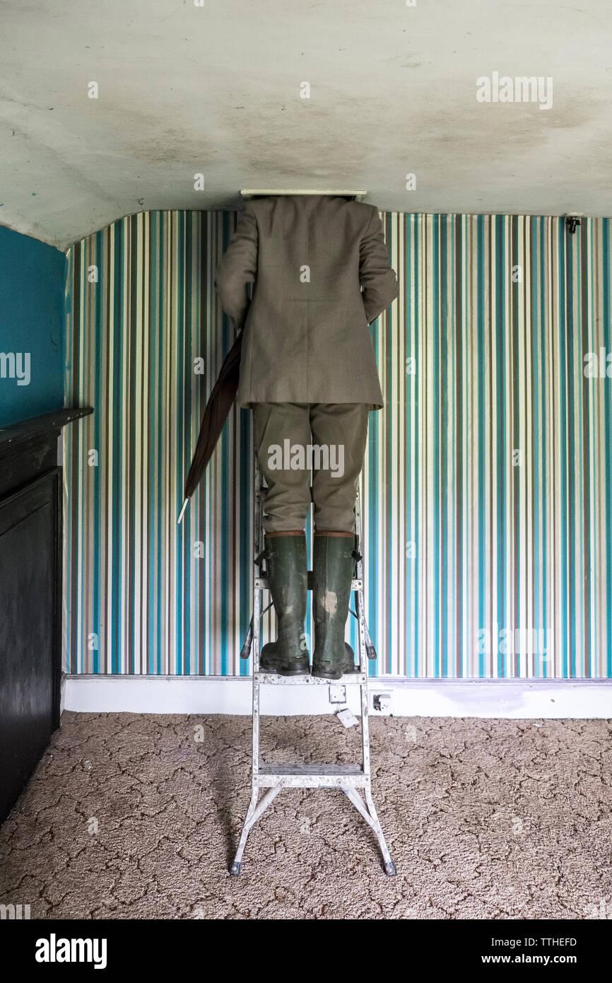Un comprador inspecciona el ático de una casa antigua (UK) Imagen De Stock