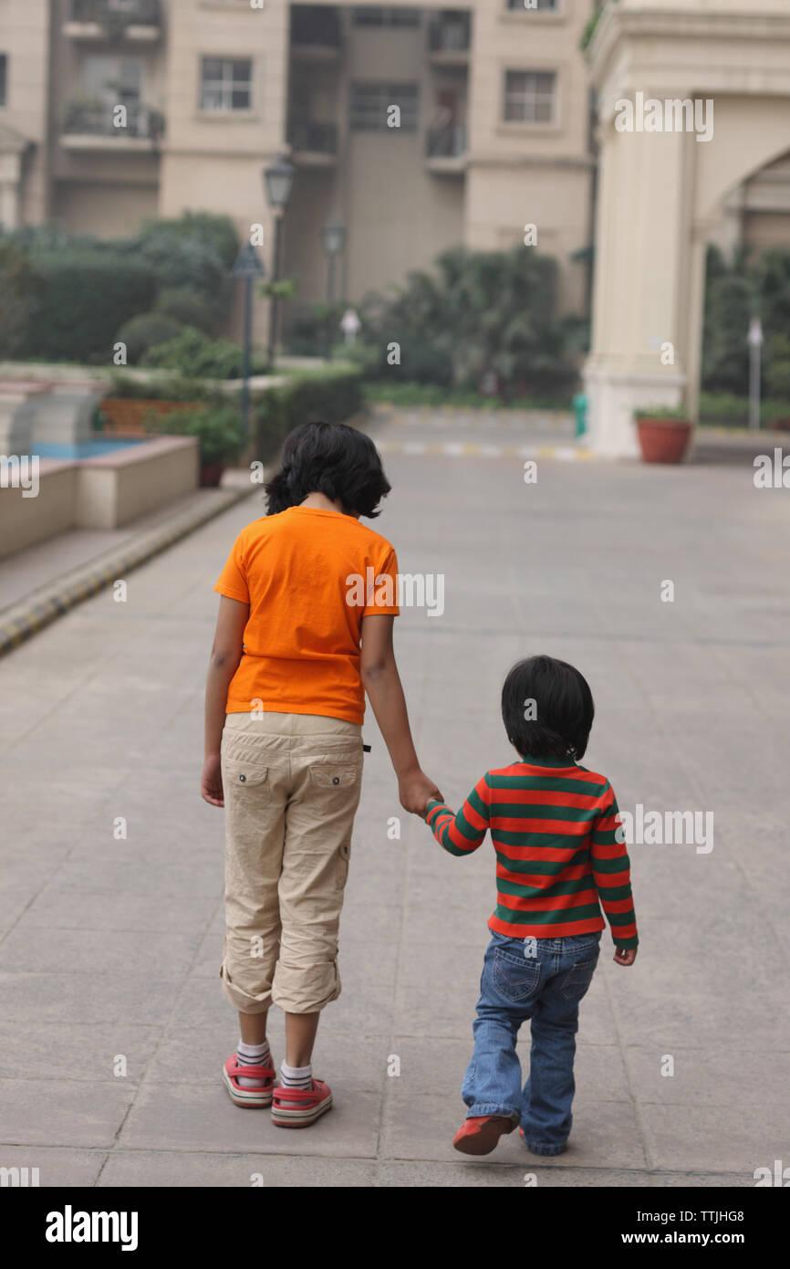 Vista trasera de dos chicas caminando juntos Foto de stock