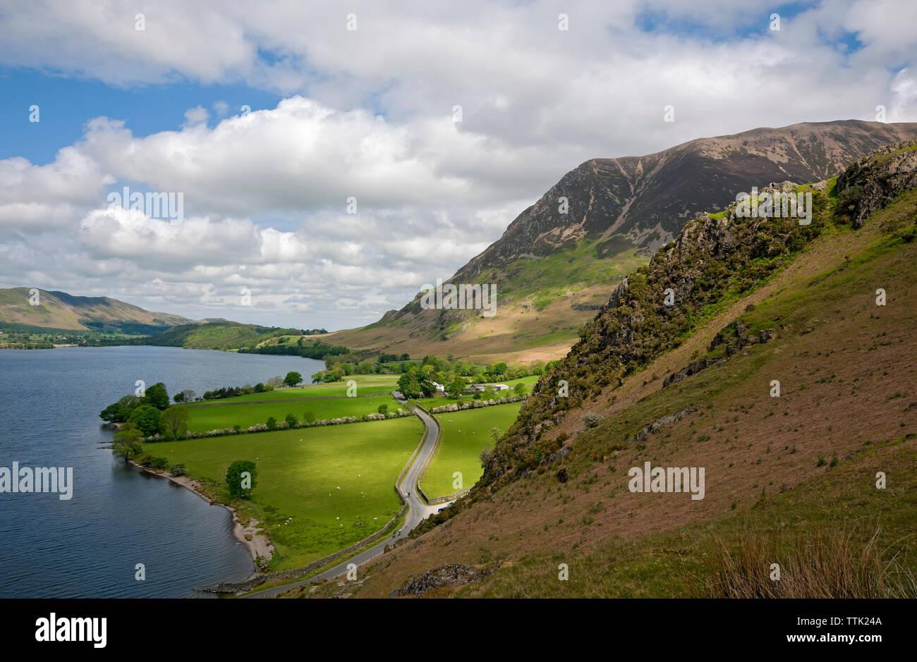 Vista de Grasmoor y Hause punto en agua Crummock Lake District National Park Cumbria Inglaterra Reino Unido GB Gran Bretaña Foto de stock