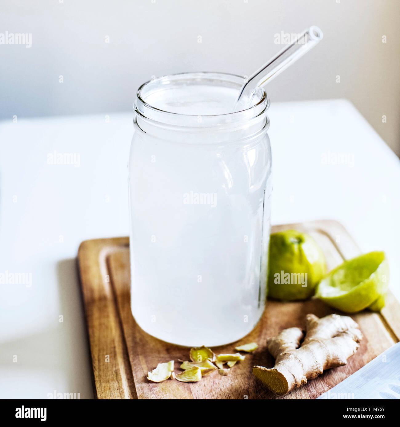 Close-up de limonada con jengibre y limón exprimido en mesa Foto de stock