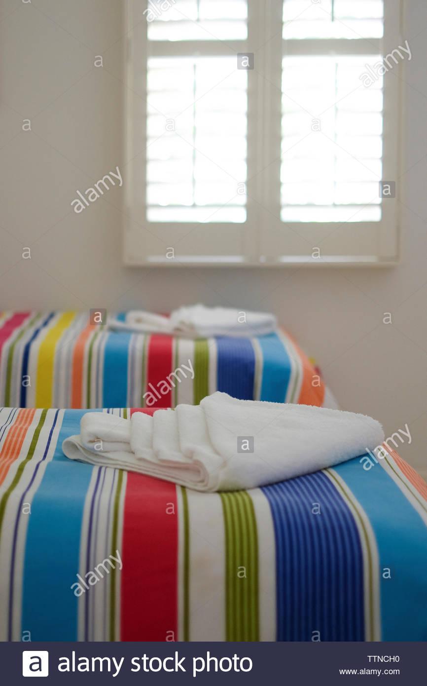 Las toallas en las habitaciones seccionado en casa Foto de stock