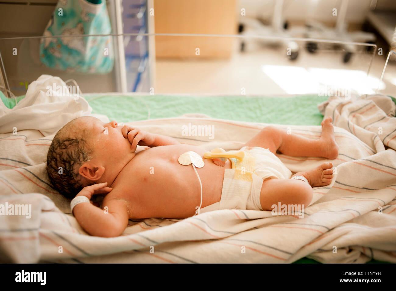 Un alto ángulo de vista de bebé niña durmiendo en el hospital Foto de stock