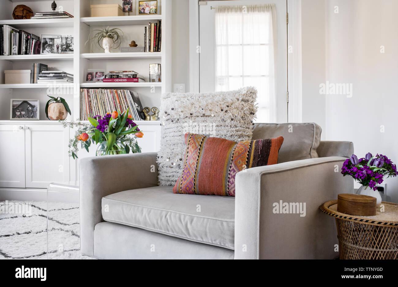 Cojines De Casa.Cojines En Sillon En Casa Foto Imagen De Stock 256179517