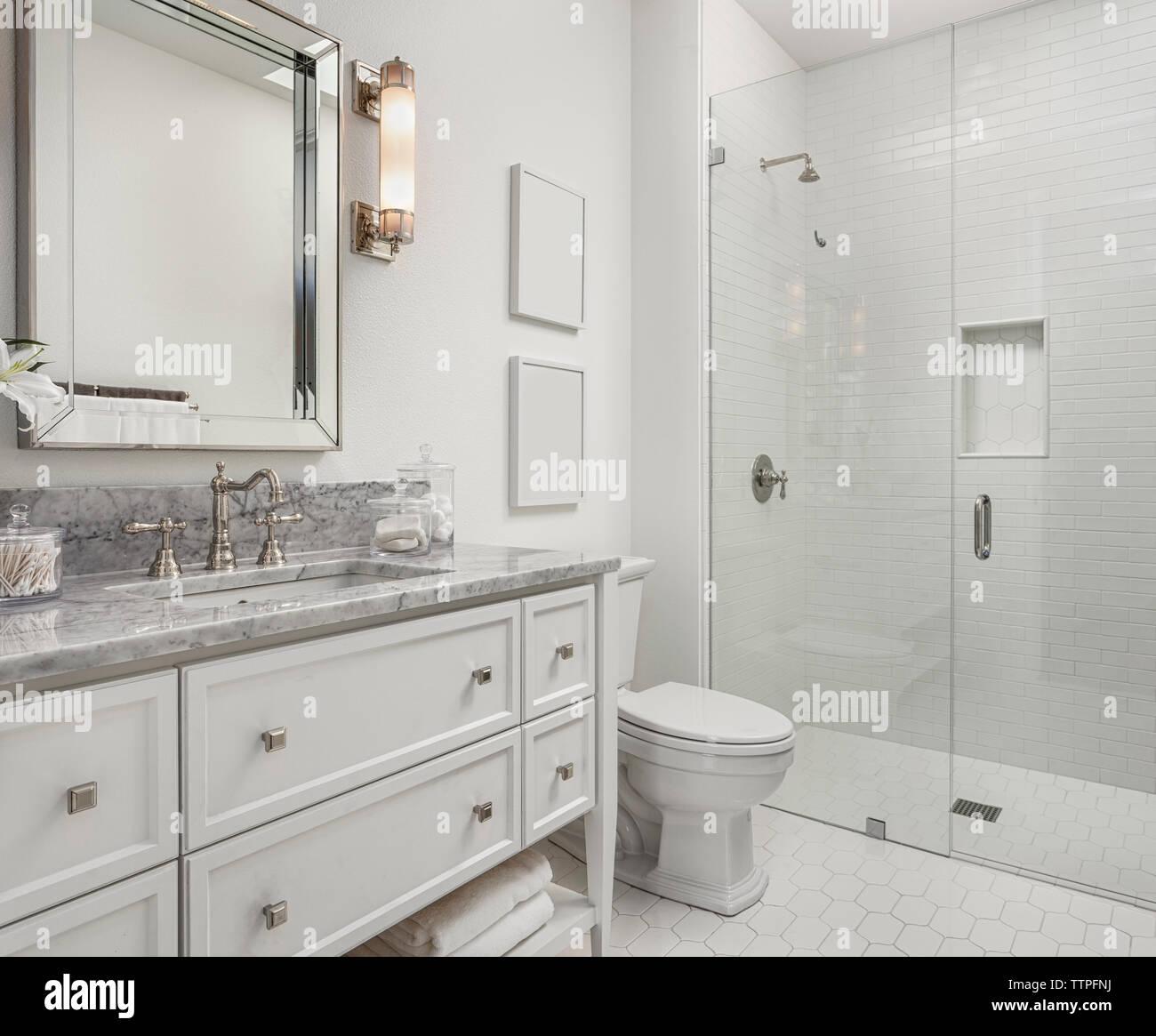 Interior de un cuarto de baño moderno Foto & Imagen De Stock ...