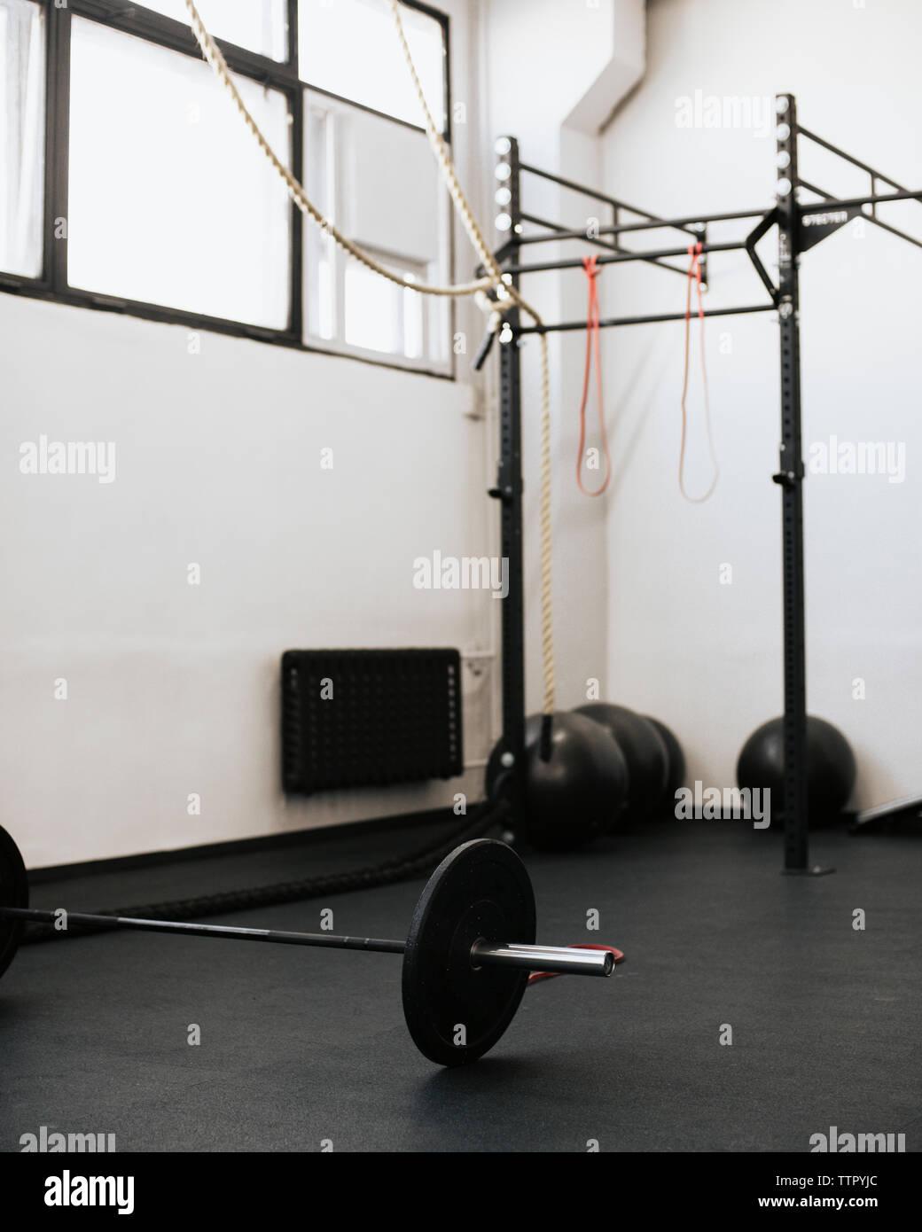 Equipo de ejercicio en el gimnasio en el piso Imagen De Stock