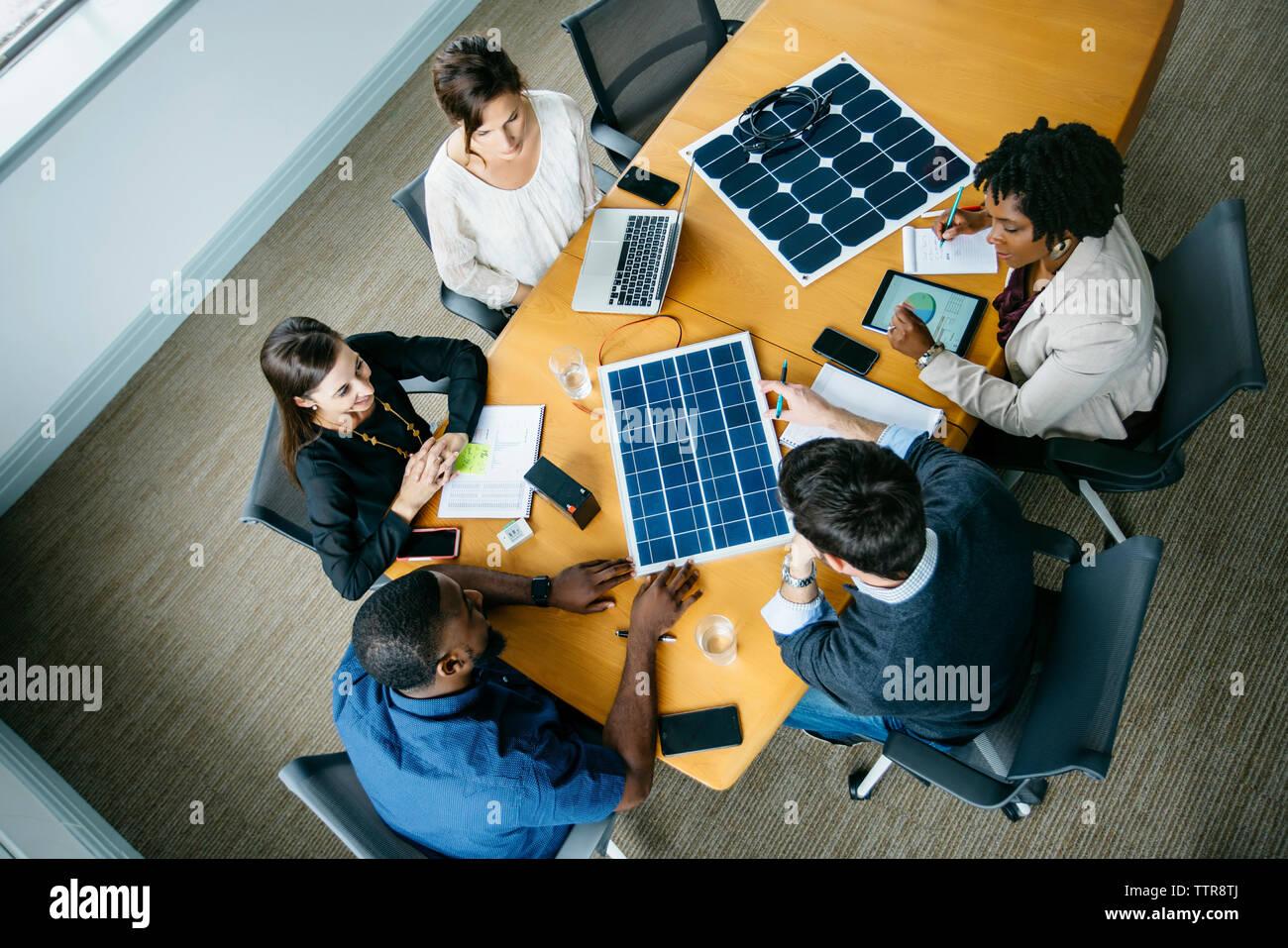 Vista aérea del negocio gente discutiendo sobre modelos de paneles solares durante la reunión Foto de stock