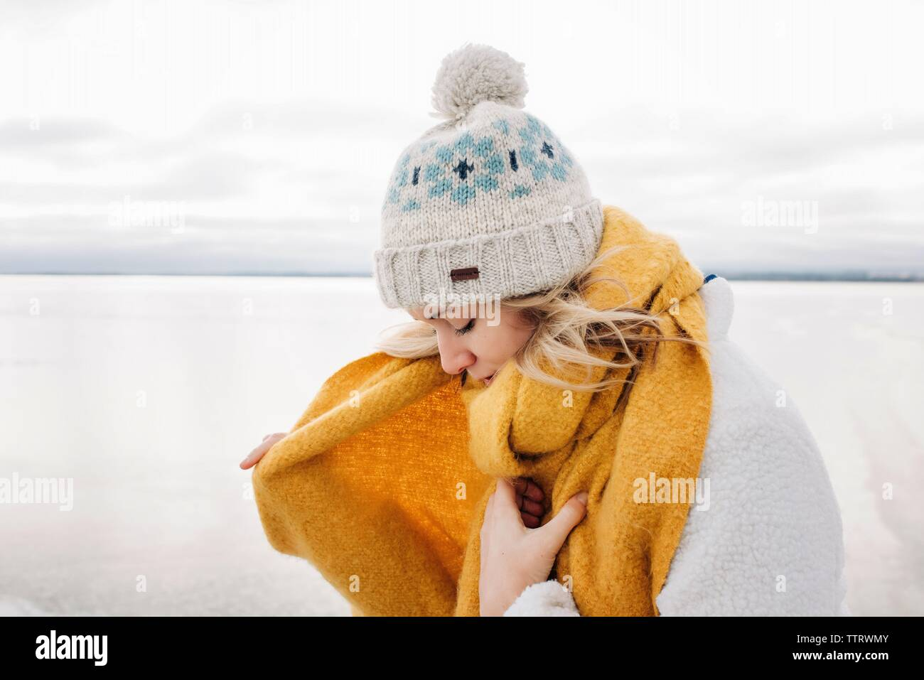 Retrato de mujer rubia, finalizando en la playa caliente en invierno Foto de stock