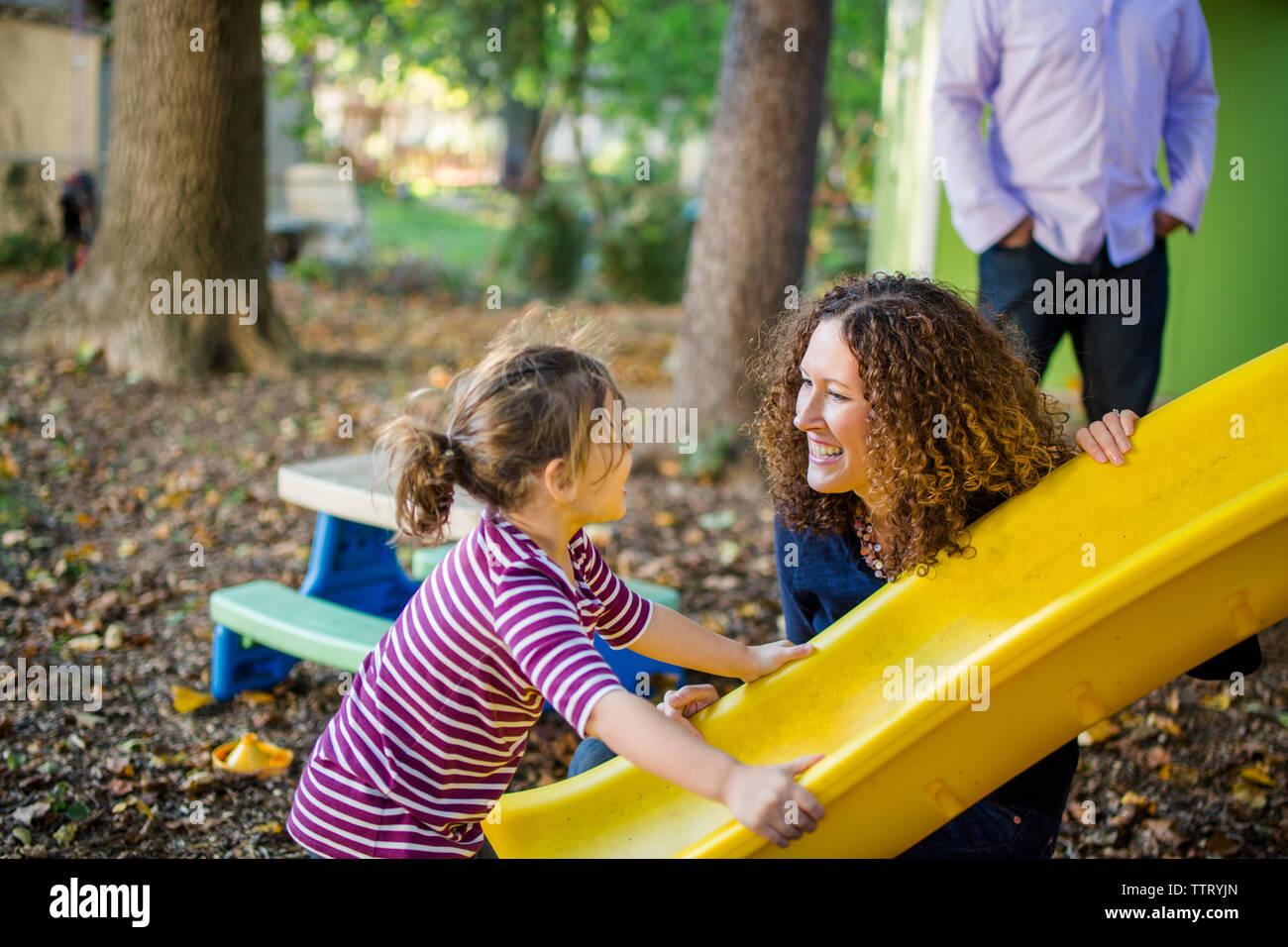 Una familia feliz jugar juntos en sus corrales Foto de stock