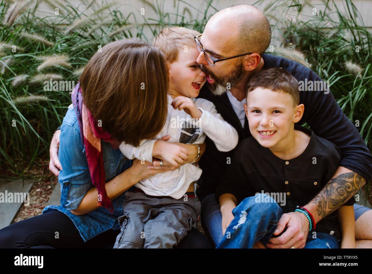 Una feliz familia risa jugar juntos Foto de stock