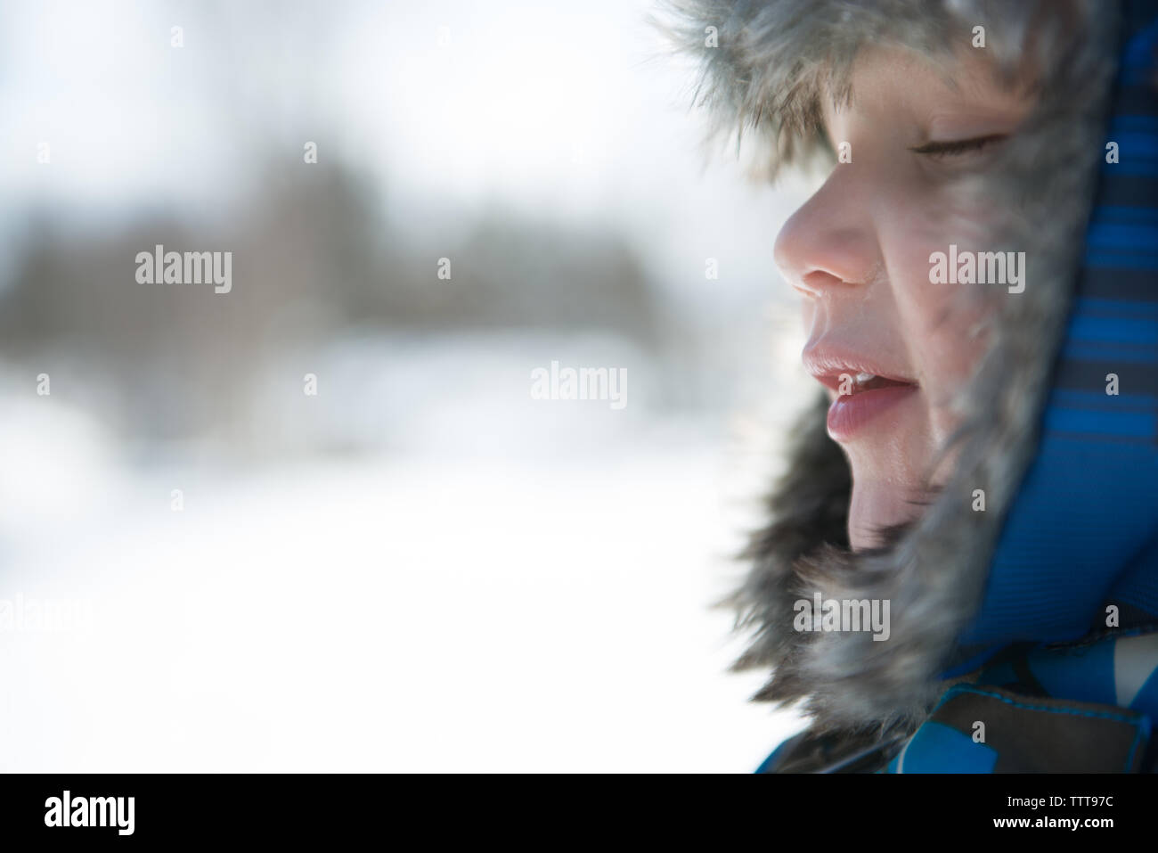 Boy respirar aire fresco en el país de las maravillas invernal Foto de stock