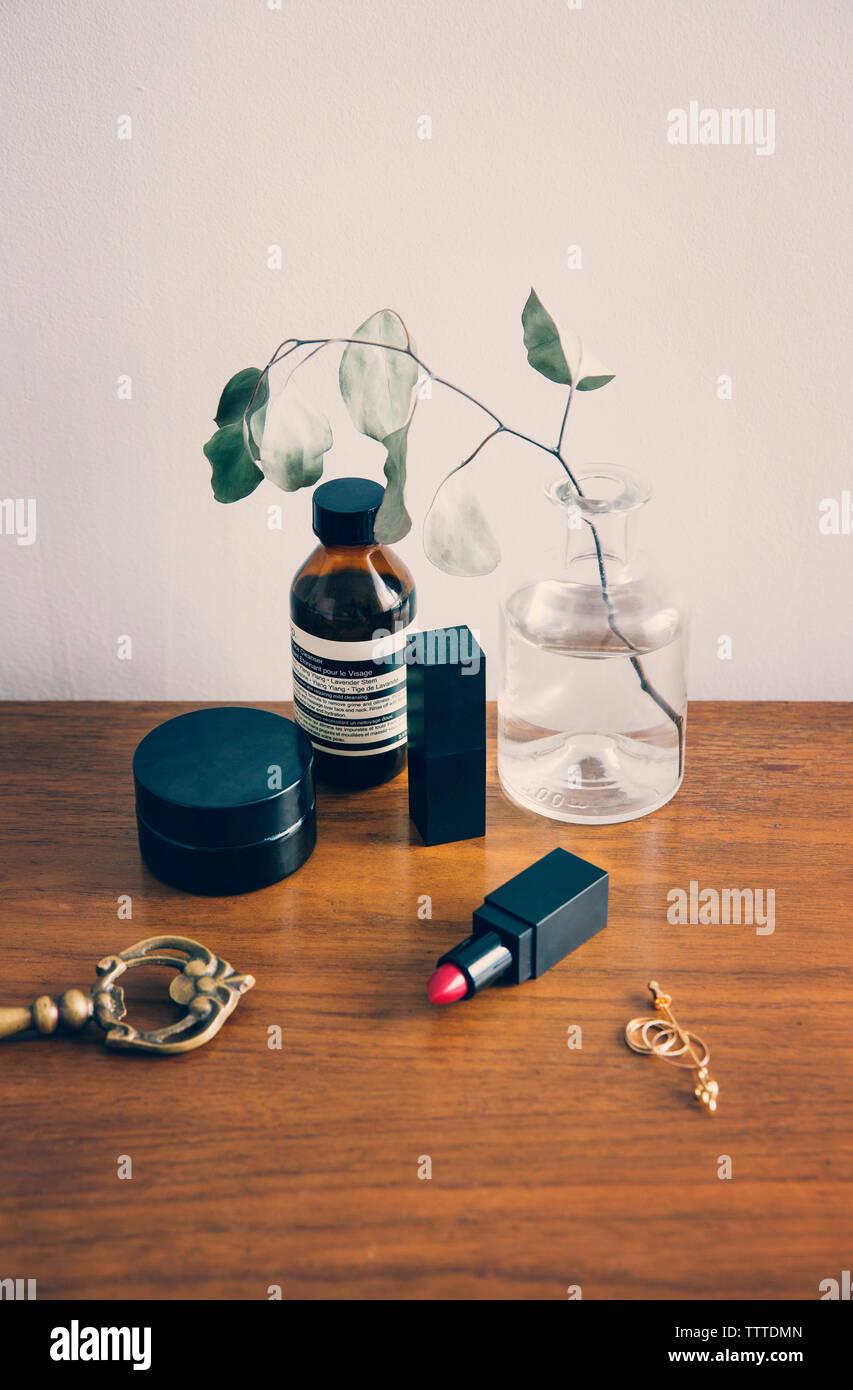 Un alto ángulo de visualización de productos de belleza sobre la mesa de madera Foto de stock