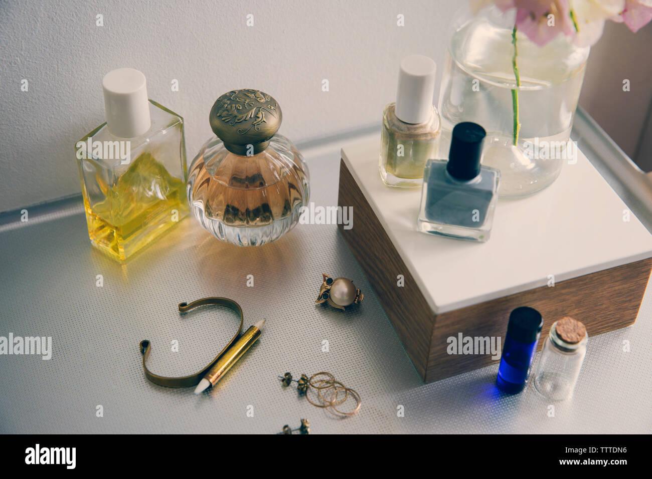 Un alto ángulo de visualización de productos de belleza con joyas en la mesa Foto de stock