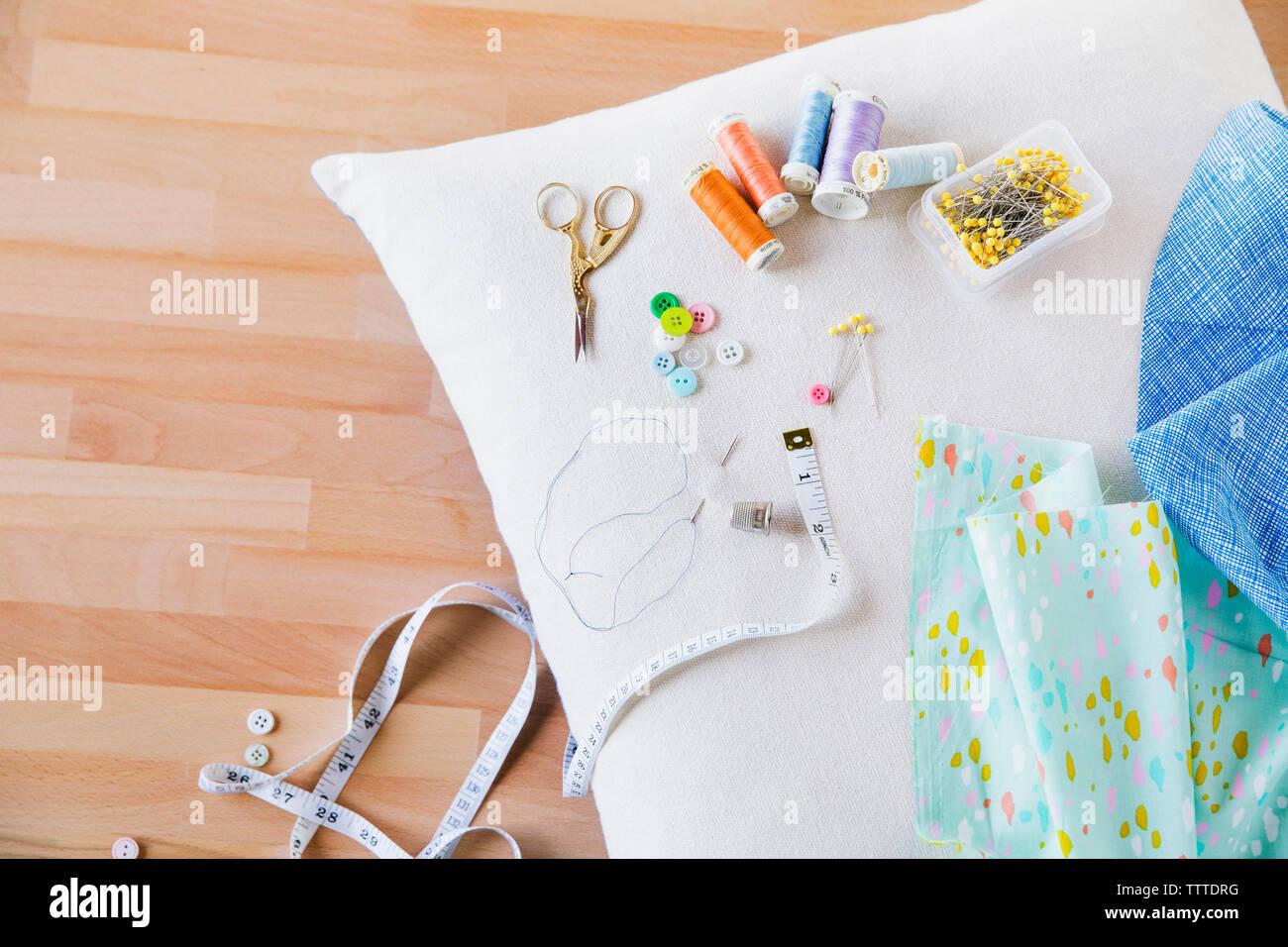 Vista aérea de la costura tema sobre almohada en la mesa Foto de stock