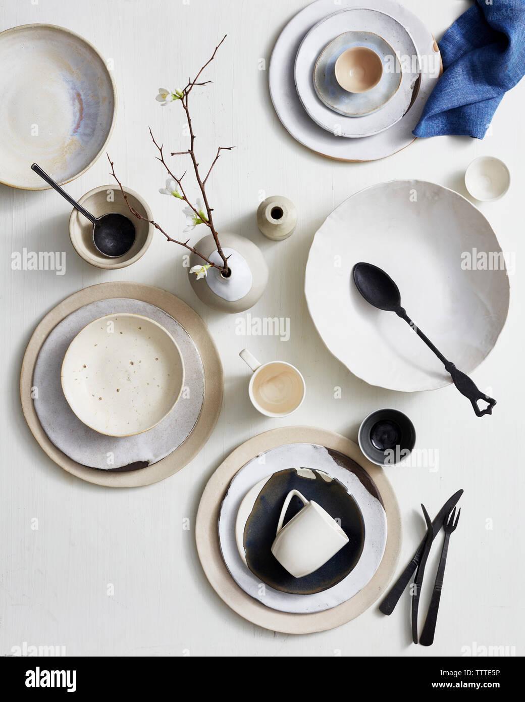 Un alto ángulo de visualización de utensilios de cocina en la mesa Foto de stock