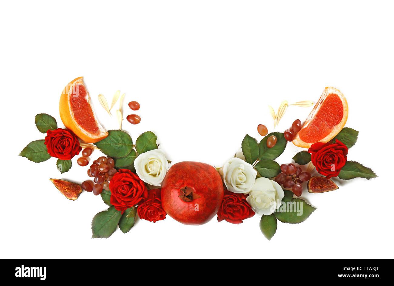Rojo Granada Y Arreglo Floral Sobre Fondo Blanco Foto