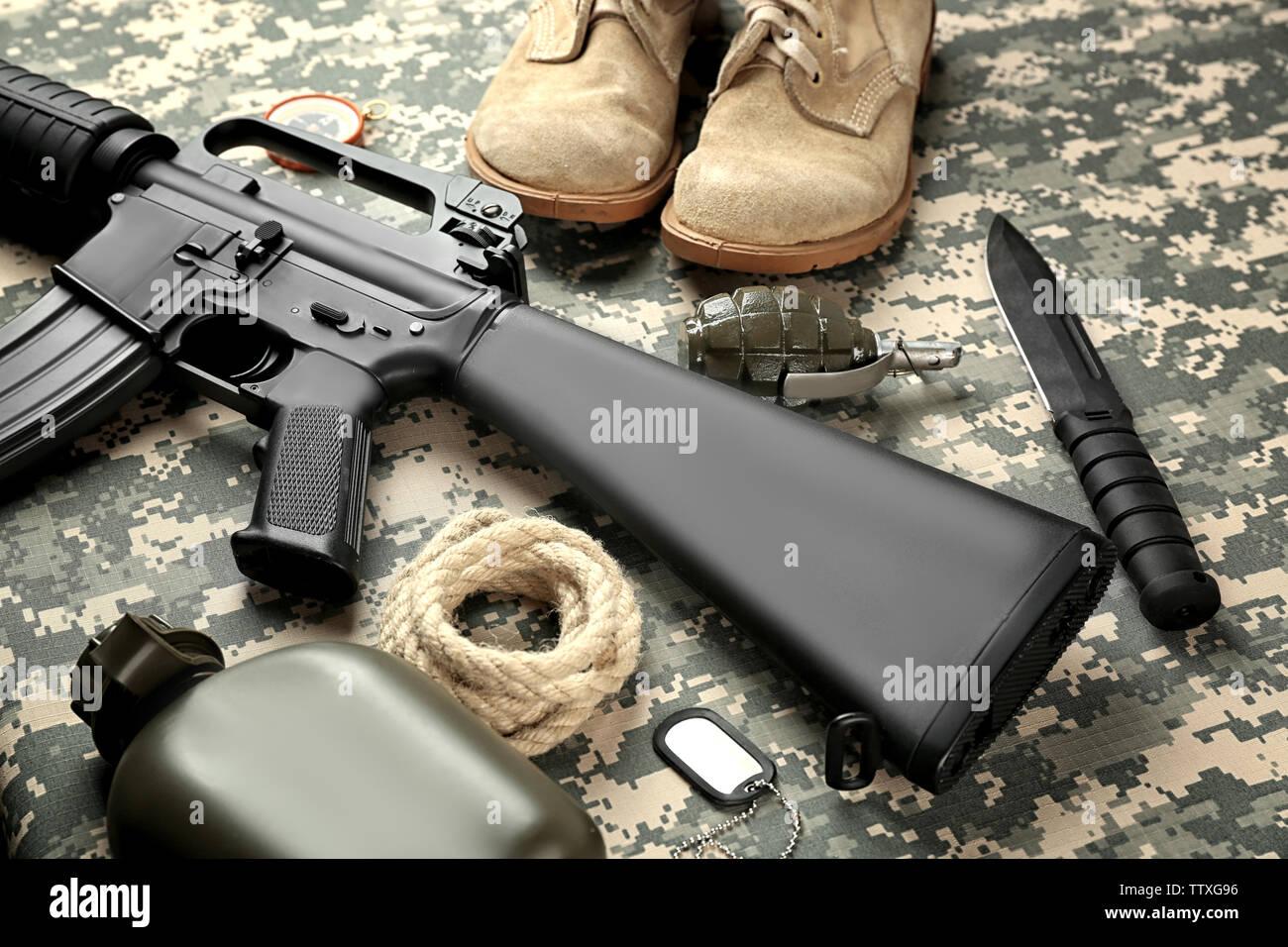 Conjunto de equipo militar y botas de combate en el camuflaje antecedentes Imagen De Stock