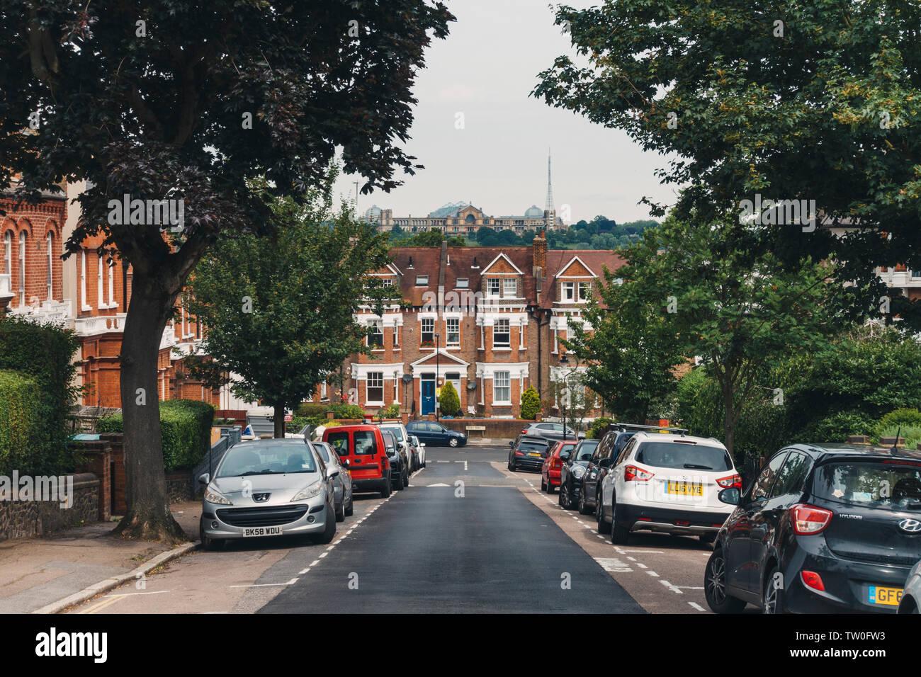 Mirando hacia una terraza ubicado calle residencial hacia el palacio de Alexandra en Crouch End, en el norte de Londres Imagen De Stock