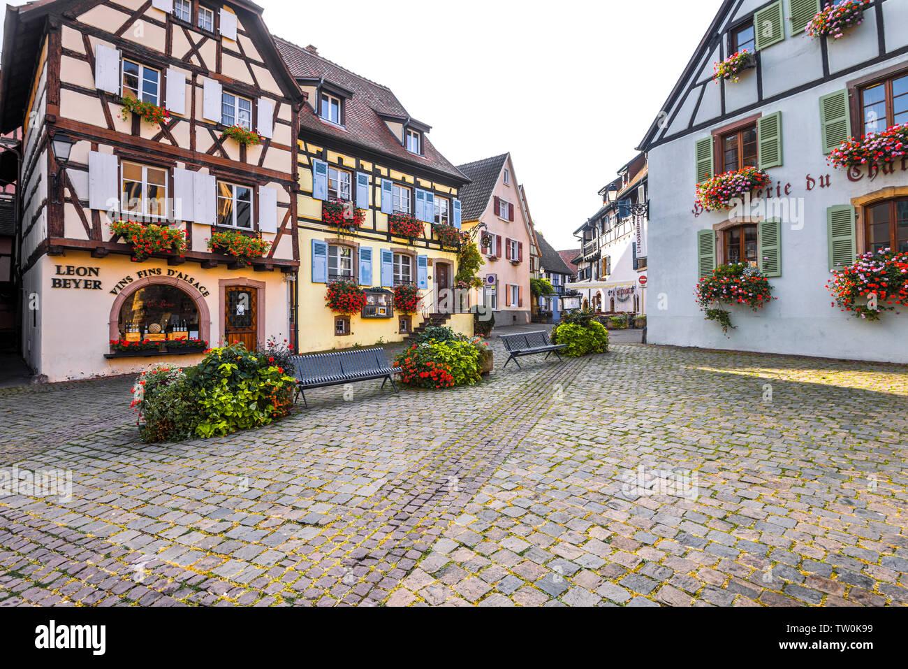Antigua aldea de Eguisheim, Alsacia, Francia, casas de madera florido Imagen De Stock