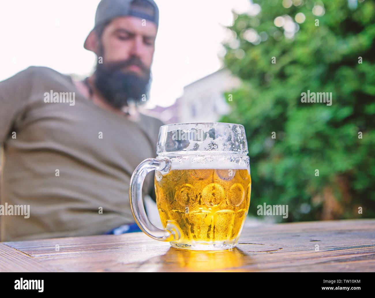 Hombre Sentarse Un Café En La Terraza Disfrutando De La