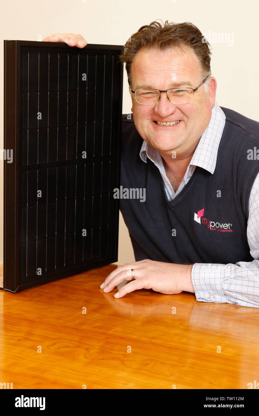 Ben Harrison, socio gerente de mypower, la instalación de paneles solares, la compañía con sede en Toddington, Gloucestershire, Inglaterra, Reino Unido, ilustrada con un SM Imagen De Stock