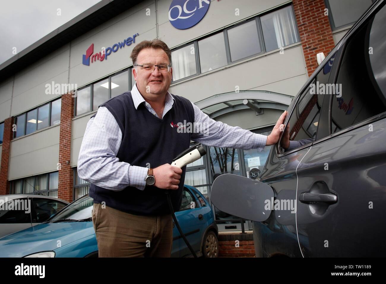 Ben Harrison, socio gerente de mypower, la empresa de instalación de paneles solares, que puede recargar su Mitsubishi Outlander PHEV coche híbrido, con elec Imagen De Stock