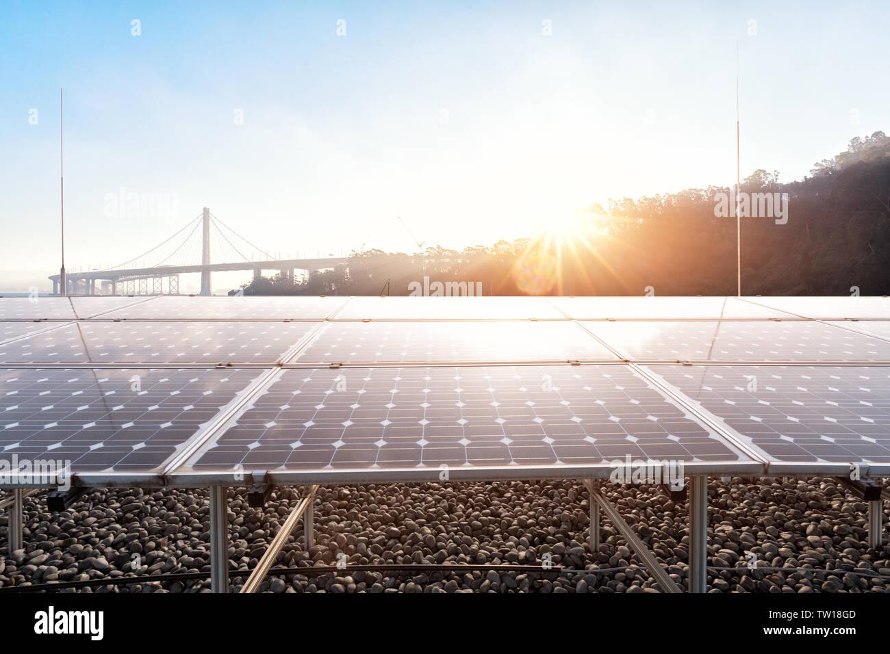 Paneles solares cerca de Golden Gate Bridge al amanecer. Imagen De Stock