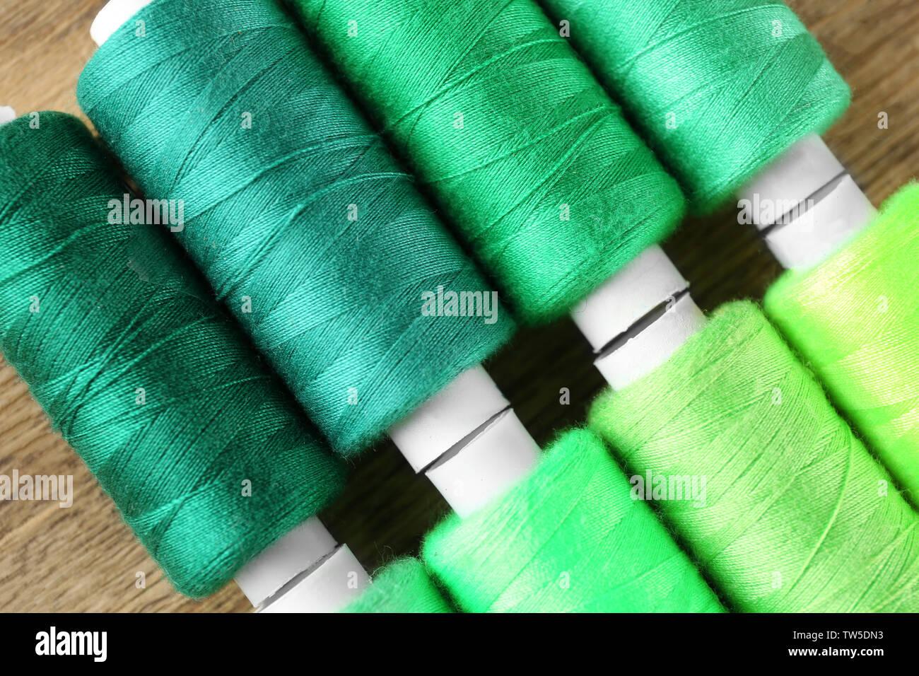 Muchos Hilos De Diferentes Tonos Verdes Closeup Foto