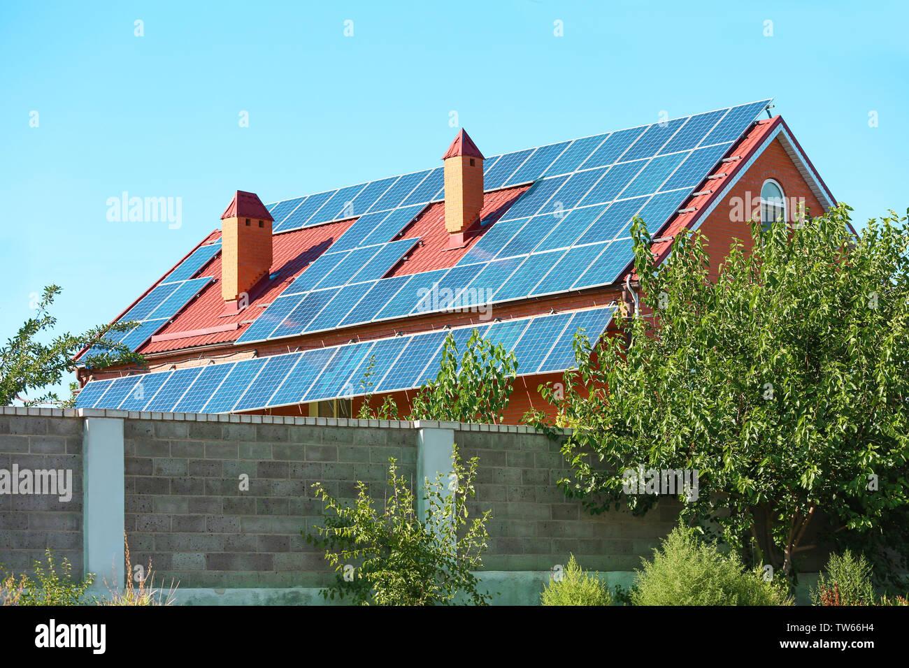 Paneles solares en el techo de la casa Imagen De Stock
