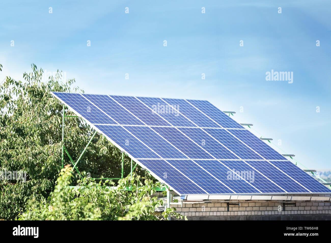 Conjunto de paneles solares de construcción metálica en el exterior Imagen De Stock