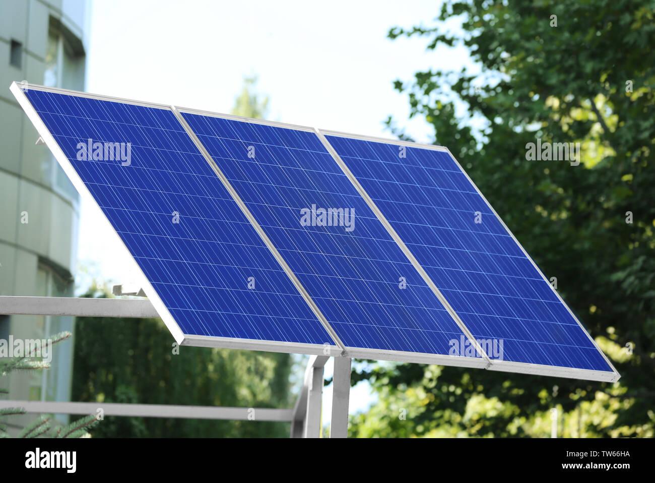 Panel solar en construcción metálica exterior Imagen De Stock