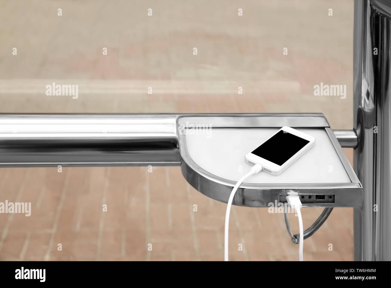Teléfono móvil de carga, exteriores Imagen De Stock
