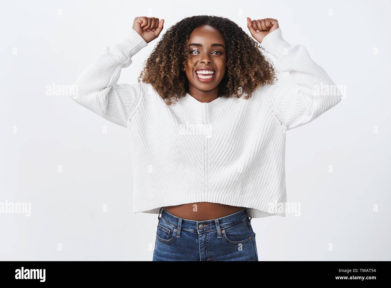 Hurra mantener. Retrato emocionado apoyo encantadora mujer afroamericana levantan las manos arriba cheer sonriente alentar amigo fan satisfecho objetivo Imagen De Stock