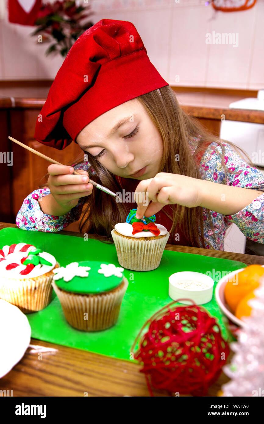 Postres Para Una Feliz Navidad.Sonriente Feliz La Nina En Una Fiesta De Cocina Delantal