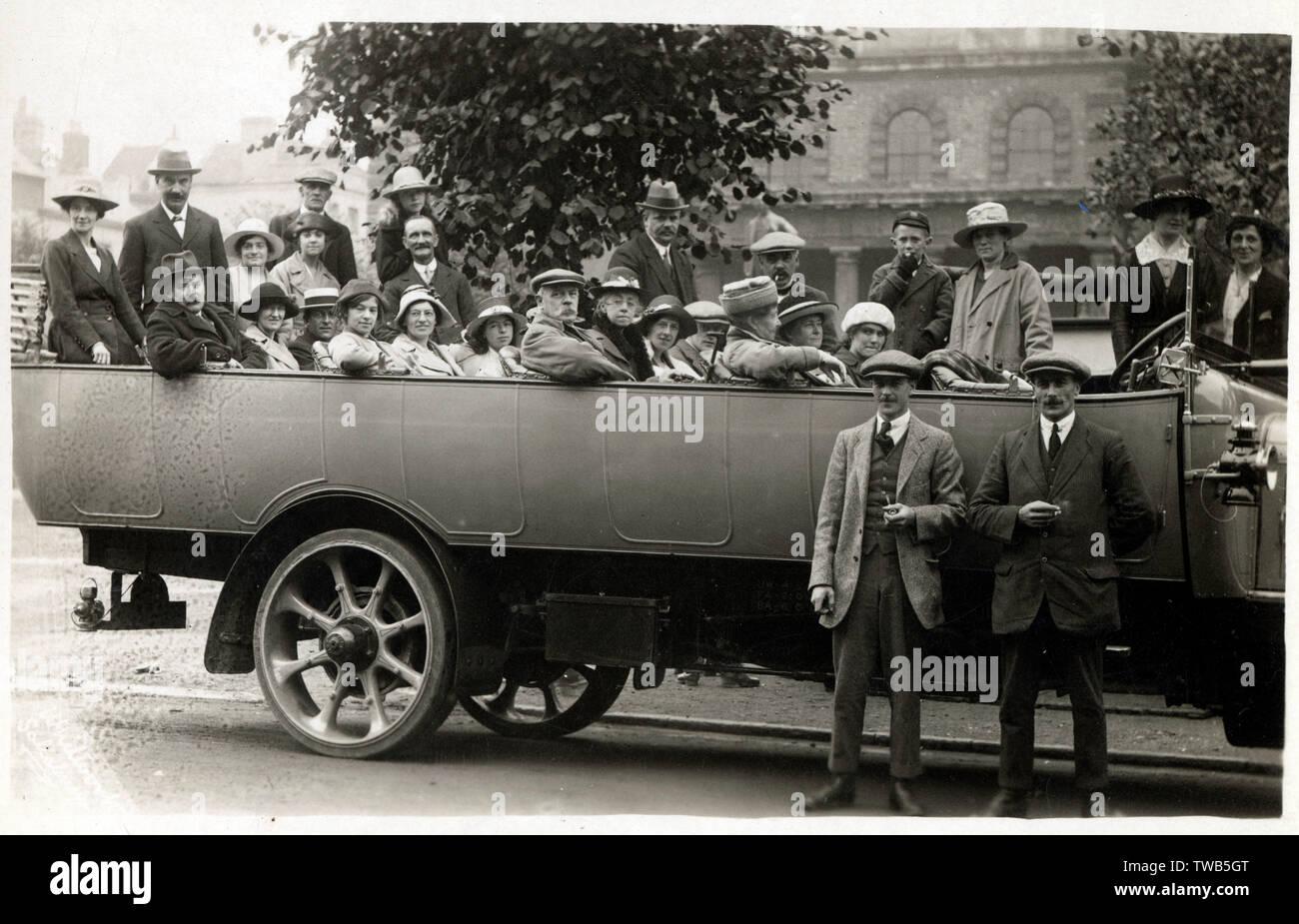 Los funcionarios (y sus familias) en un día de viaje Charabanc dirigido por R. Chisnell &Amp; Hijos (como el comercio de servicios motor King Alfred) de Winchester para visitar el Palacio de Cristal en Sydenham, Londres del sur. Fecha: circa 1921 Imagen De Stock