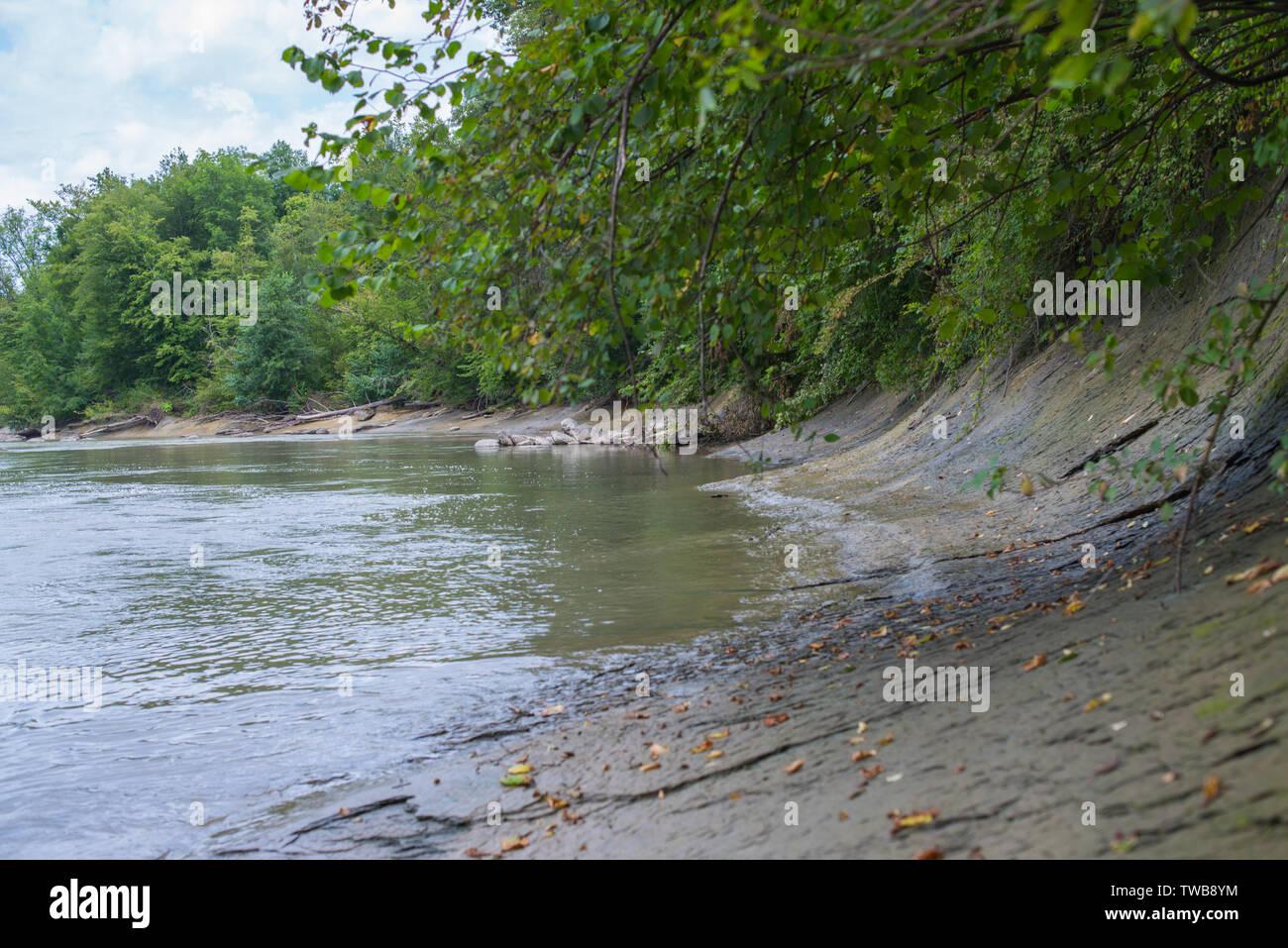 Inclinado banco de grava de un río de montaña. El enfoque selectivo. Foto de stock
