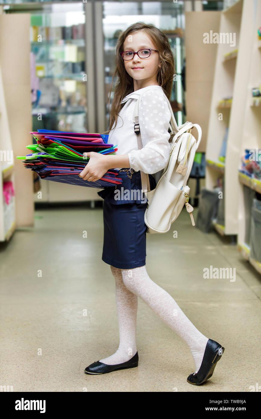 Alba Colegiala una niña es la compra de artículos de papelería para la