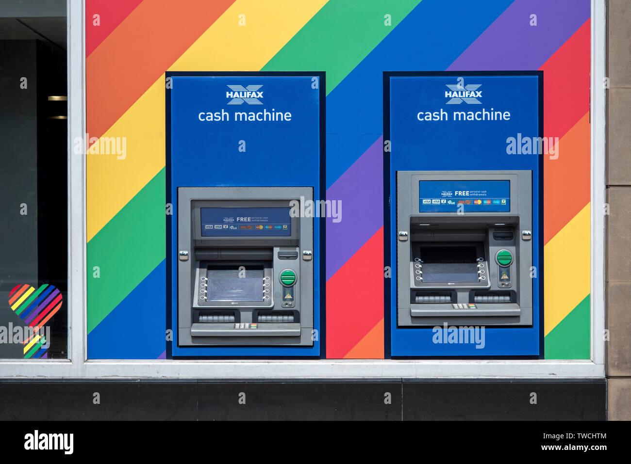 En la carrera hacia Edimburgo, orgullo, Halifax Bank cajeros automáticos han sido decoradas en colores LGBT+, Princes Street, Edimburgo, Escocia, Reino Unido. Imagen De Stock