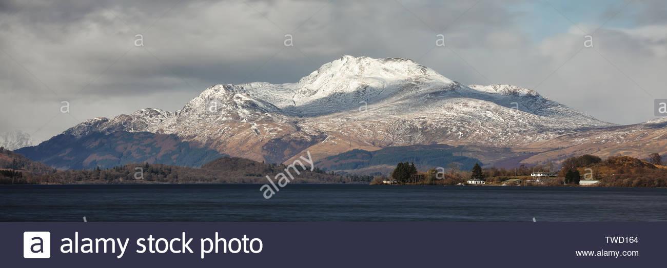 Las cumbres nevadas de la montaña Ben Lomond, visto desde el Lago Lomond. Foto de stock