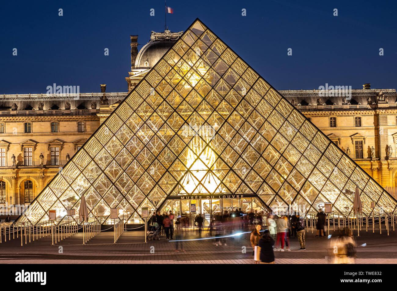 París, Francia, 04 de octubre de 2018: El Palacio del Louvre y la pirámide (por la noche) como entrada dentro del Museo del Louvre, los turistas paseos, tomar fotos Foto de stock