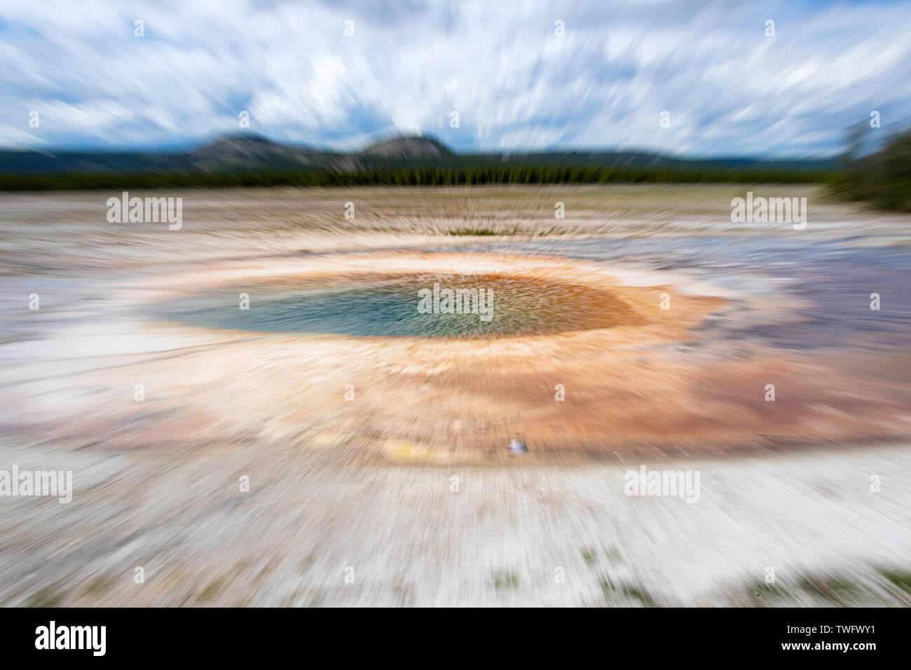Imagen ampliada de Opal piscina, cerca de la Grand Prismatic Spring, en la Cuenca del Géiser de Midway Foto de stock