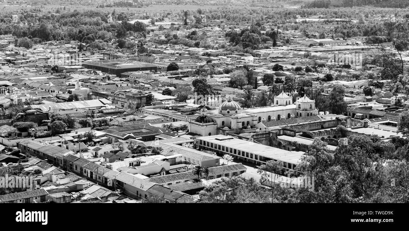 Una vista aérea de Antigua, Guatemala, en Centroamérica, en blanco y negro impresionante Imagen De Stock