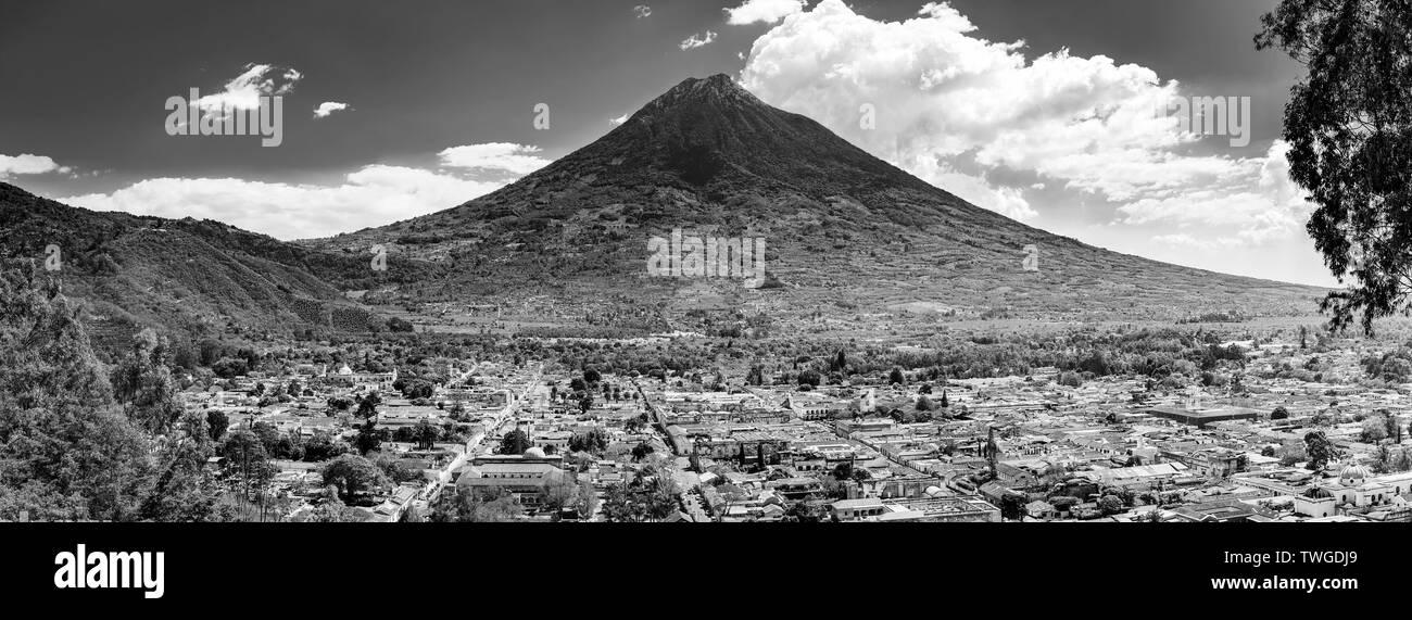 Vista de la ciudad de Antigua, Guatemala con el volcán de Agua detrás de América Central en impresionante blanco y negro Imagen De Stock