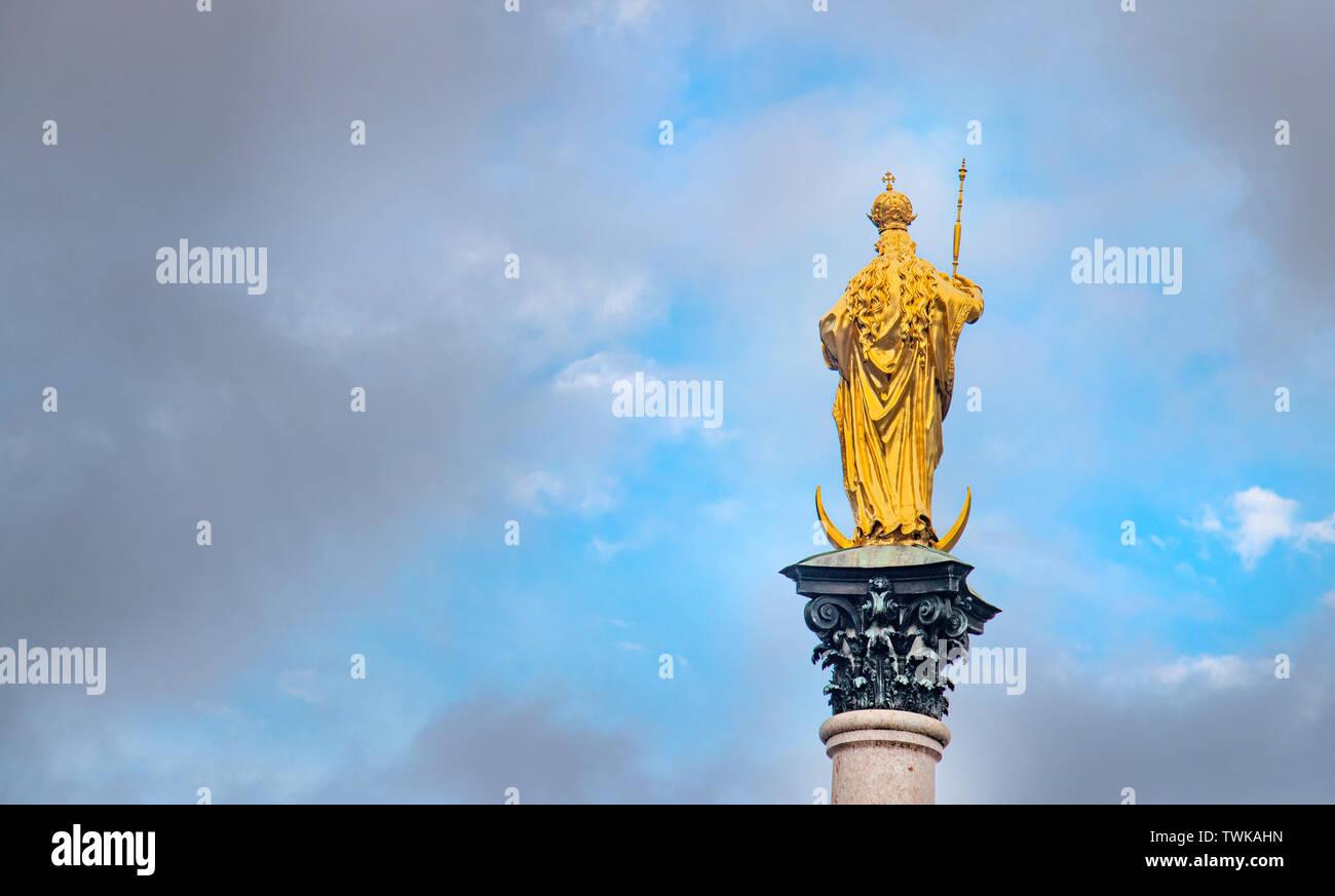 Marie estatua en Munich Marienplatz llamado Mariensäule, confianza creencia religión Foto de stock