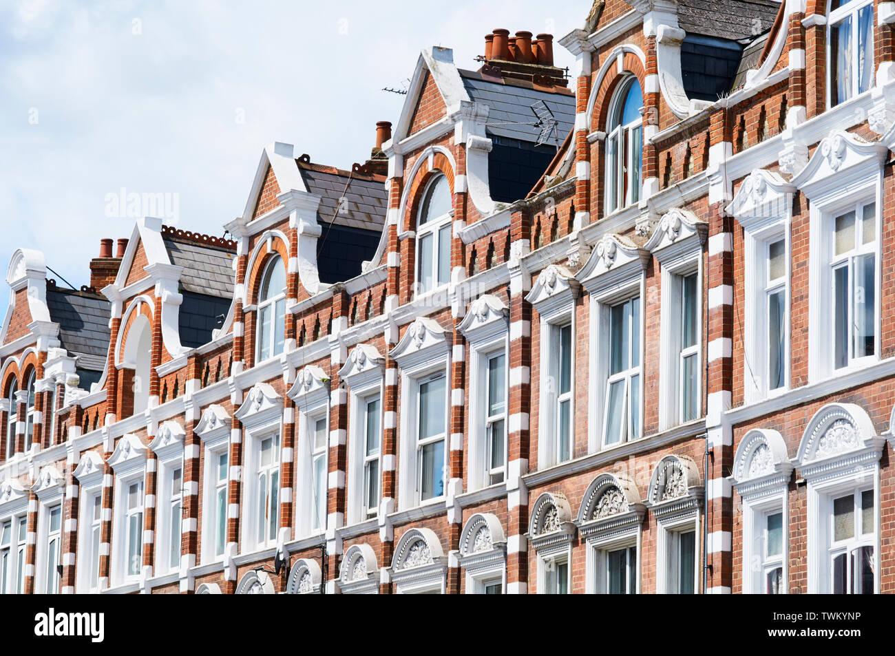 Gables y windows en una terraza victoriana en Tottenham Lane, Crouch End Broadway, al norte de Londres, Gran Bretaña. Imagen De Stock