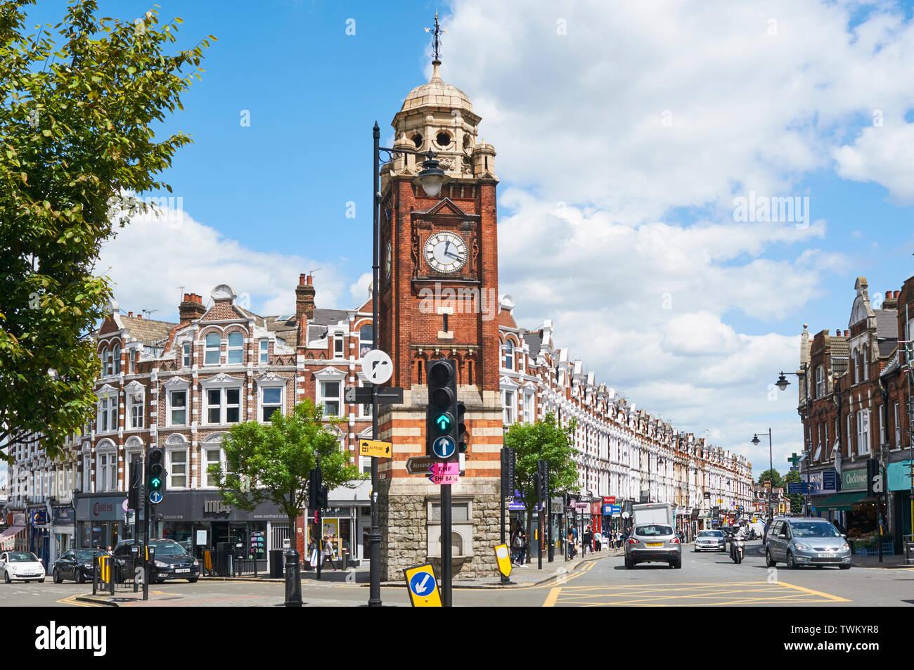 Crouch End Broadway, al norte de Londres, en el cruce de Park Road y Tottenham Lane, con la torre del reloj de finales del siglo XIX. Imagen De Stock