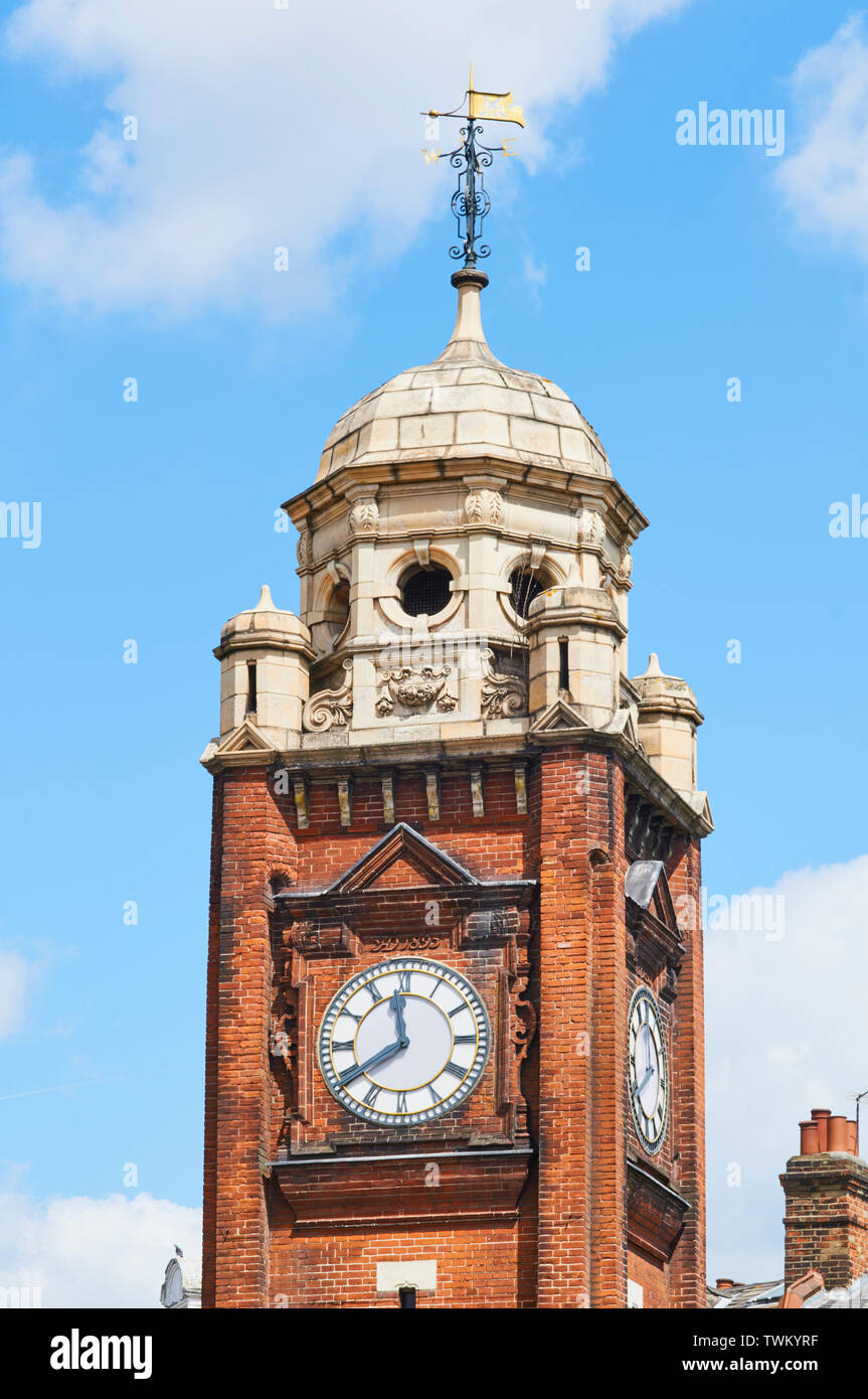 Victoriano tardío de la torre del reloj en el centro de Crouch End, en el norte de Londres, Gran Bretaña. Imagen De Stock