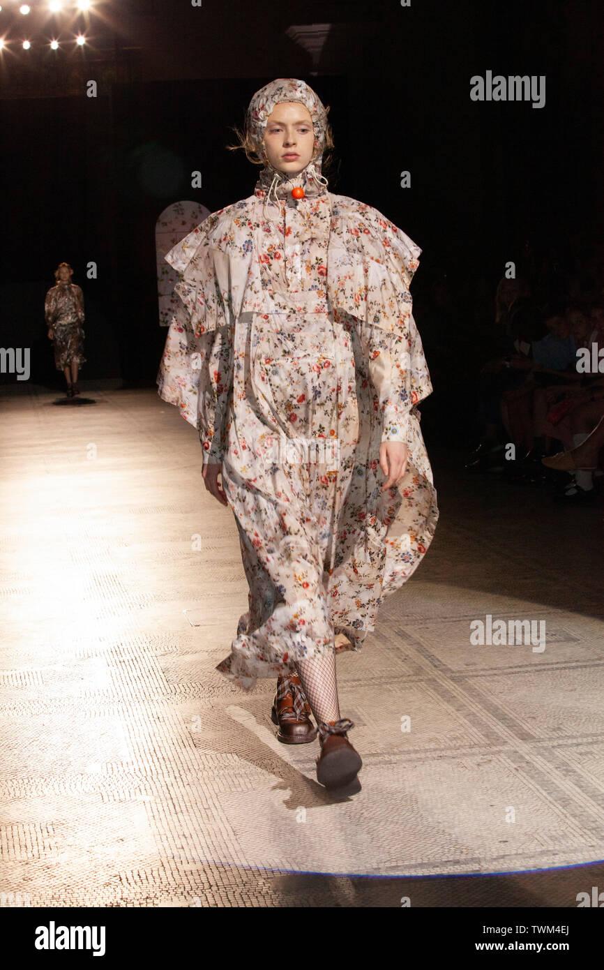 212566e7f84 El V&A Museum alberga una retrospectiva desfile en el museo, la moda en  movimiento: