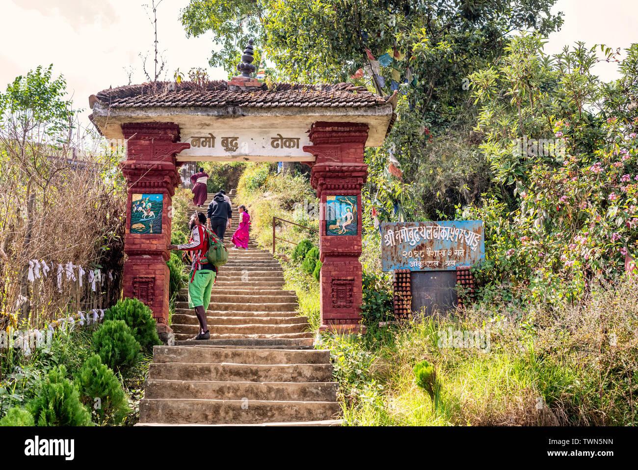 Namo Buddha, Nepal - Oct 19, 2018: Los turistas y oraciones puerta de entrada para el Namo Buddha templo donde el príncipe dio su cuerpo al tigre hambriento, Nepal Imagen De Stock